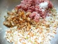 ひき肉、ホタテ、卵白、生姜、調味料を入れて混ぜる