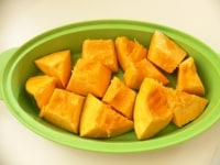 かぼちゃは3cm角に切ってレンジでチン