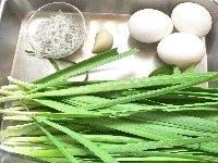ニンニクはみじん切り、ニラは5~6センチに切り、卵を割りほぐす