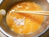 卵を溶きほぐして酒、砂糖、塩を入れてよく混ぜる