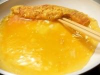 手前に卵液を流し、焼いた卵の下にも流し入れ、手前に巻く