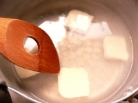 鍋に水を入れて沸かし、ルウを溶かす