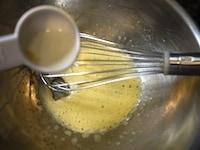卵、砂糖、サラダ油を混ぜる