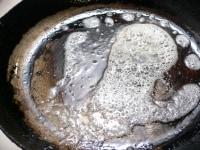 フライパンを温め、油を入れてあけ、バターを溶かす