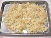 玉ねぎはみじん切りにし、バターで炒めて塩コショウ