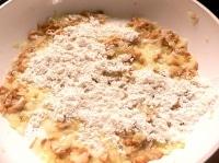 小麦粉を振り入れて炒める