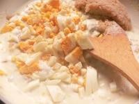 ゆで卵、かに、塩、コショウを混ぜる