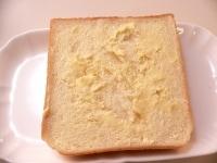 食パンにバターを塗って切る
