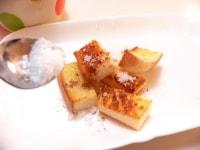 お皿に(2)をのせ、シナモンとグラニュー糖をかける