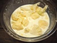薄力粉、牛乳を加える