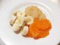 フルーツを切り、ホイップクリームを作る