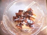 耐熱ボウルに小さく割ったチョコと牛乳を入れる