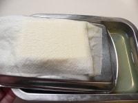 ペーパータオルで包んで重しをして水を切る