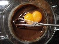 卵黄、薄力粉、カカオパウダーを加える