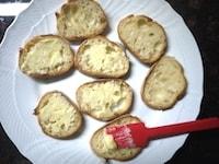 フランスパンにバター、グラニュー糖を塗り、レンジにかける