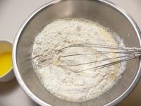 (3)に(2)の粉を混ぜ、バターを混ぜる