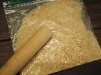 ビスケットを潰してバターを混ぜる