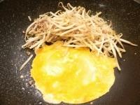 ごま油で、ひき肉、ニンニク、もやし、卵を炒める