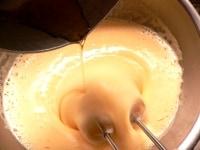 卵と砂糖を湯せんで泡立て、みりんを加えて泡立てる