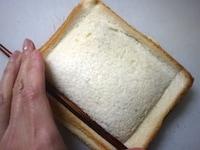 パンの端をおさえる