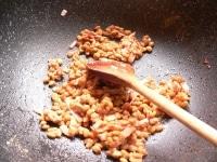 納豆を入れて炒めて調味する