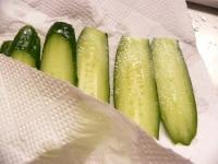 きゅうりは薄切りにして水気を拭き取る
