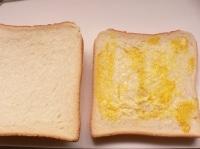 1枚目のパンの内側にバターと辛子を塗る