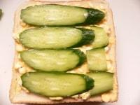 卵をぬってきゅうりをのせ、バターをぬったパンを重ねる