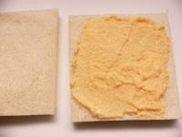 パンの耳を切り落とし、1枚にクリームをぬる