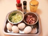 ご飯、卵、ねぎ、ハム、調味料を用意する
