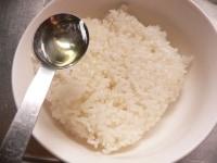 ご飯に油大さじ1/2を混ぜる