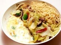 鶏肉とうどんの代わりに、ひき肉と中華麺を使って