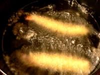 180℃の油で揚げる