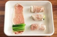 豚肉で小松菜を巻く