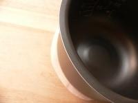 オーブンペーパーを、内釜の底の大きさに丸く切る