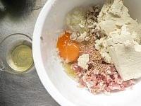 材料をボウルに入れる 卵白2/3個を取り置く