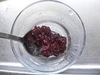 器にゆであずきと水気を切ったこんにゃくを入れる。