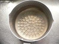 鍋に卵がすっぽり入るくらいの湯を沸かす