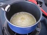 鍋にバター、水、塩、砂糖を入れ火にかける