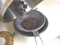 ざるに上げ、ささげと煮汁に分ける