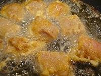 豚肉に片栗粉まぶして揚げる