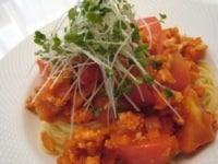 スパゲティにトマト、ソース、ブロッコリースプラウトをのせる