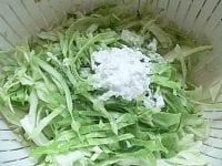 キャベツを千切りにし、塩と片栗粉をまぶす