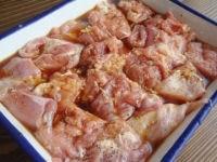 鶏肉を切って下味をつける