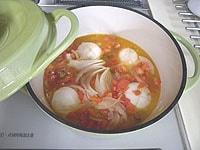 かぶ、トマトを炒め、白ワイン、水とスープで10分煮る