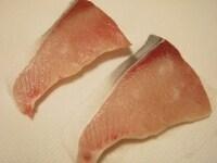ぶりの切り身に食塩をふり、10分程おく