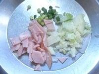 ハムと野菜を小さく切る