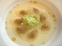 器に大根餃子を並べ、スープを注ぐ