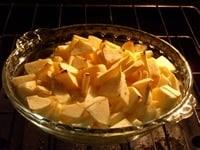 リンゴとカットバターを合わせてオーブンへ入れる