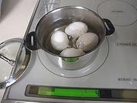 ゆで玉子を作り、殻をむく